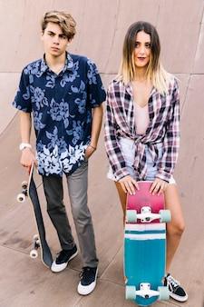 Couple de patineurs posant