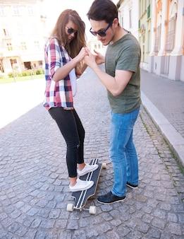 Couple de patineurs profitant de la ville