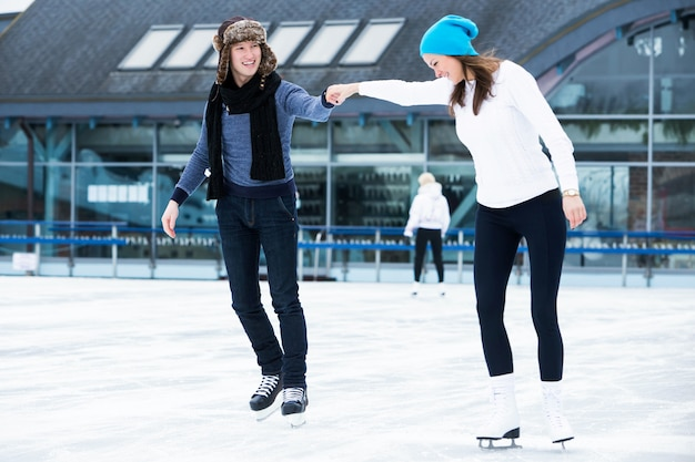 Couple sur la patinoire