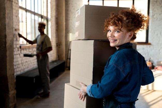 Couple peignant leur nouvelle maison après avoir emménagé ensemble