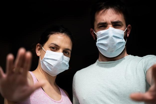 Couple pendant la mise en quarantaine du coronavirus covid-19