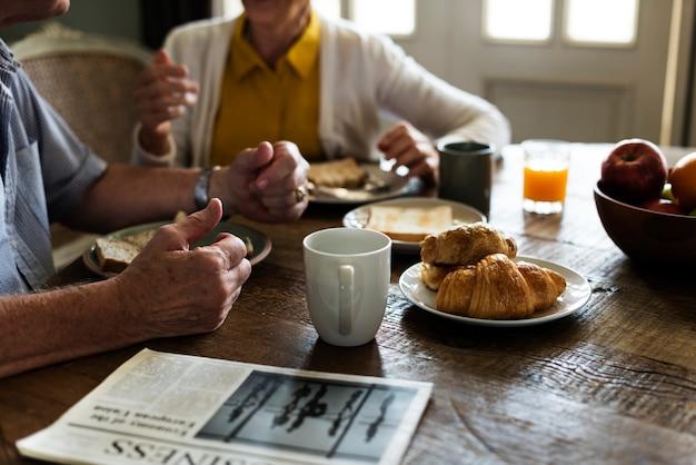 Couple de personnes âgées adultes déjeune