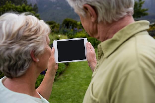 Couple de personnes âgées à l'aide de tablette numérique