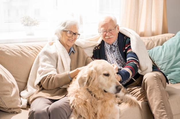 Couple de personnes âgées aimant avec chien