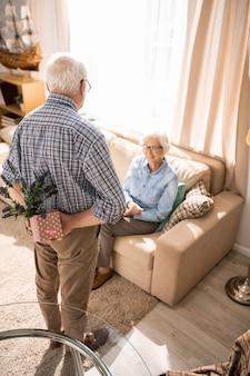 Couple de personnes âgées aimant