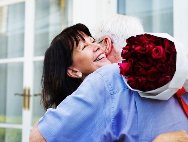 Couple de personnes âgées aiment l'étreinte douce