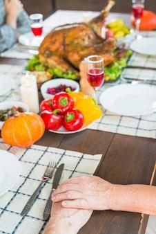 Couple de personnes âgées assis à la table de fête