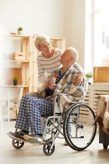 Couple de personnes âgées attentionné