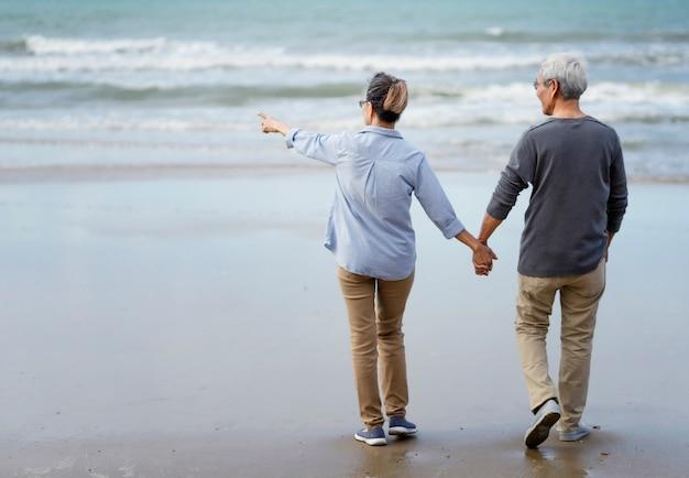 Couple de personnes âgées au bord de la mer