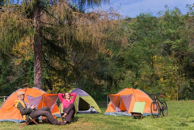 Couple de personnes âgées au camping