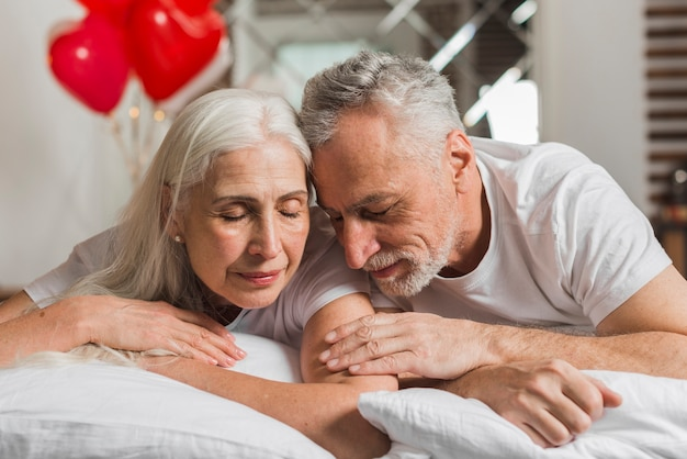 Couple de personnes âgées au lit le jour de la saint-valentin