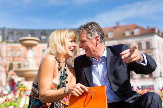 Couple de personnes âgées au printemps dans la ville
