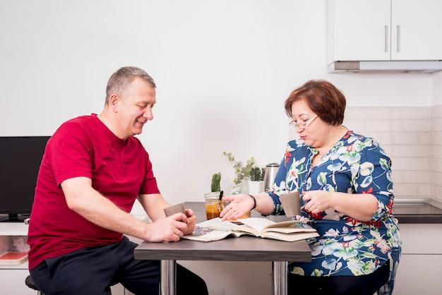 Couple de personnes âgées ayant un café ensemble