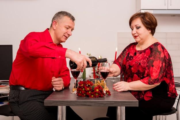 Couple de personnes âgées ayant un dîner romantique