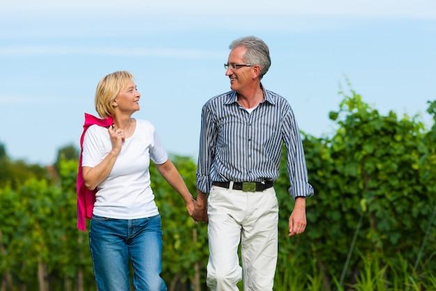 Couple de personnes âgées ayant à pied