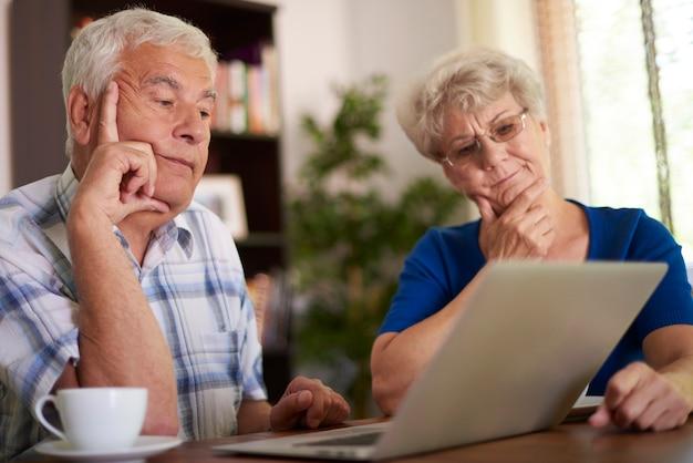 Couple de personnes âgées ayant un problème grave