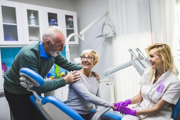 Couple de personnes âgées ayant un traitement dentaire au cabinet du dentiste.