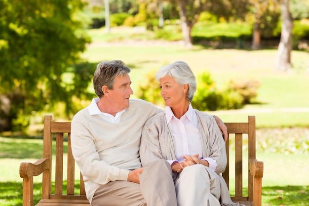 Couple de personnes âgées sur le banc
