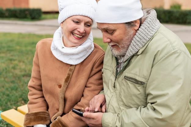 Couple de personnes âgées sur un banc