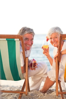 Couple de personnes âgées buvant un cocktail