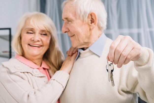 Couple de personnes âgées avec des clés