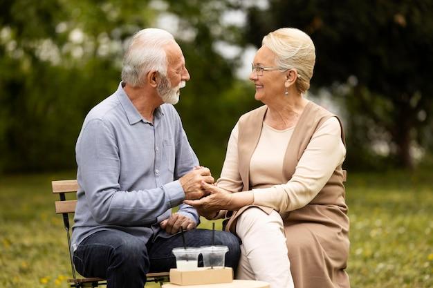 Couple de personnes âgées coup moyen à l'extérieur