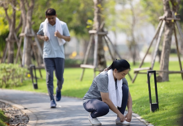 Couple de personnes âgées en cours d'exécution, jogging mature à l'extérieur dans un environnement naturel le matin d'été