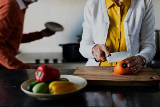 Couple de personnes âgées cuisine cuisine alimentaire