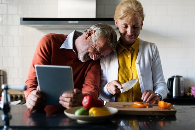 Couple de personnes âgées cuisine cuisine