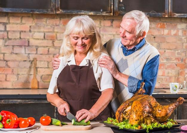Couple de personnes âgées cuisine dinde