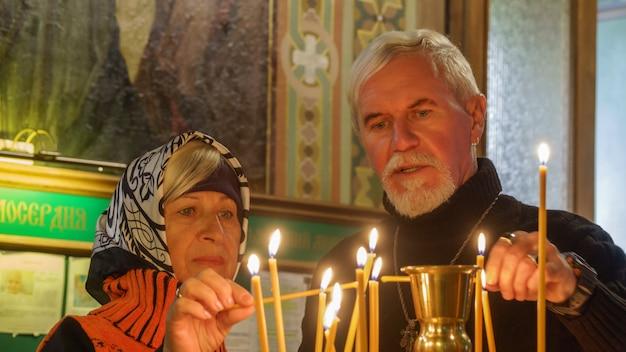 Couple de personnes âgées dans une église orthodoxe