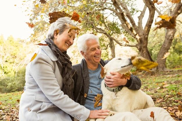 Couple de personnes âgées dans le parc