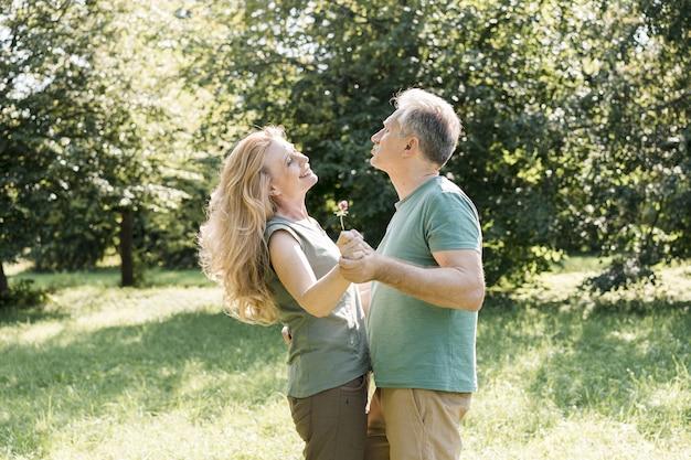 Couple de personnes âgées dansant étant heureux