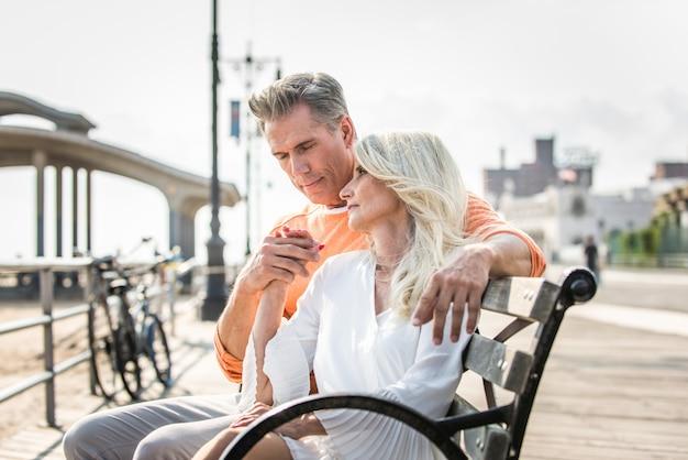 Couple de personnes âgées datant à l'extérieur