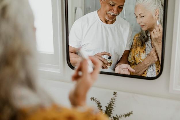 Couple de personnes âgées devant un miroir