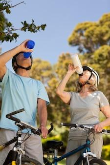 Couple de personnes âgées de l'eau potable