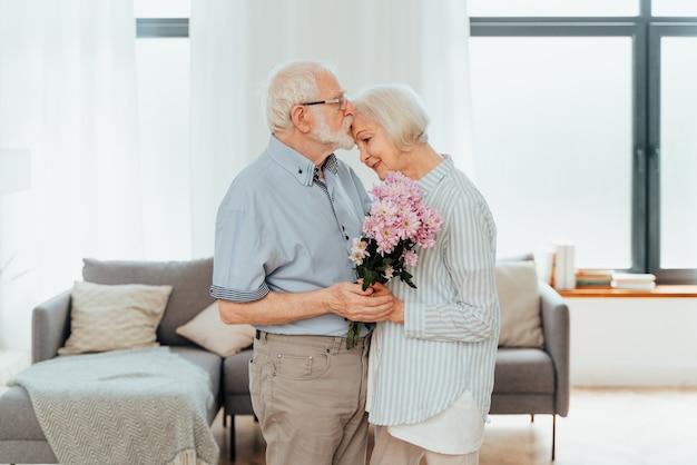 Couple de personnes âgées ensemble à la maison moments heureux personnes âgées prenant soin les unes des autres