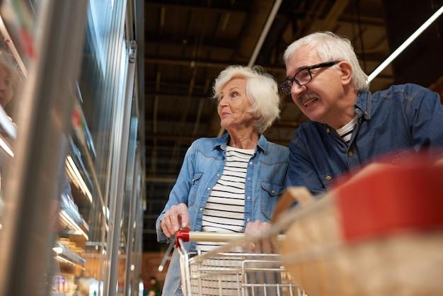 Couple de personnes âgées épicerie sopping