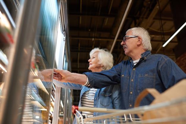 Couple de personnes âgées en épicerie