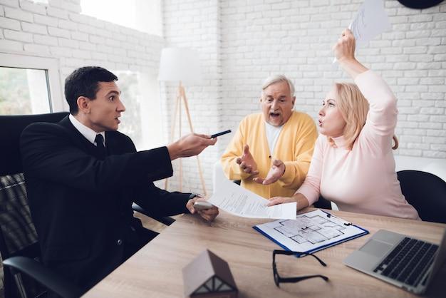 Un couple de personnes âgées est venu à une consultation avec un agent immobilier