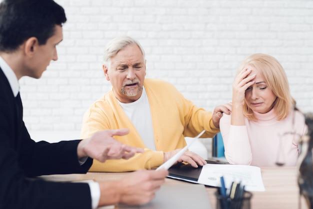 Un couple de personnes âgées est venu voir un agent immobilier