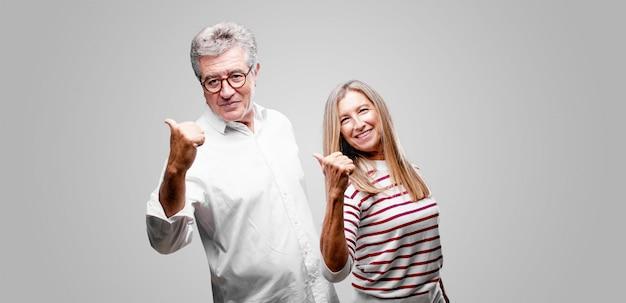 Couple de personnes âgées exprimant un concept