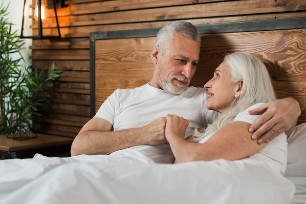 Couple de personnes âgées faible angle au lit