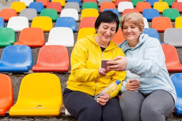Couple de personnes âgées faible angle au stade