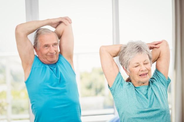 Couple de personnes âgées faisant de l'exercice