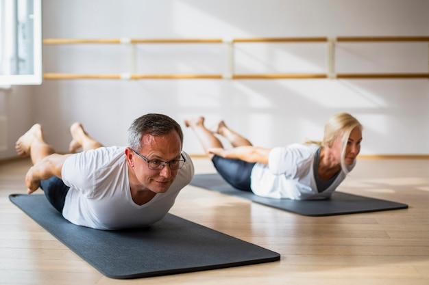 Couple de personnes âgées faisant des exercices ensemble