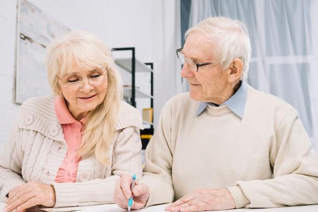 Couple de personnes âgées faisant de la paperasse