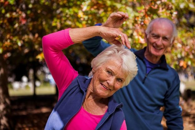 Couple de personnes âgées faisant de remise en forme