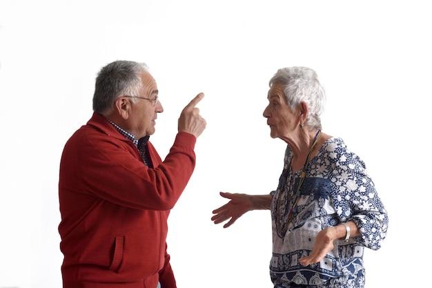 Un couple de personnes âgées faisant valoir sur fond blanc