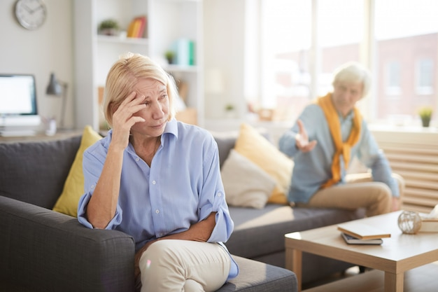 Couple De Personnes âgées Faisant Valoir Photo Premium